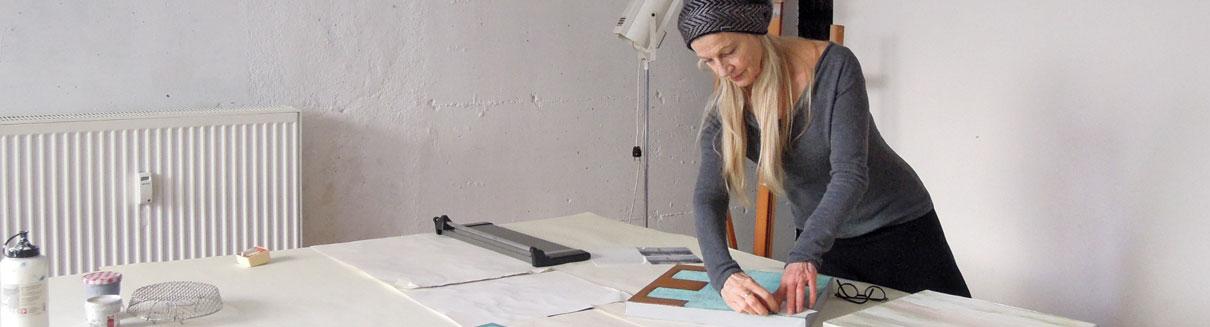 Crista Gipser bei der künstlerischen Arbeit in ihrem Atelier