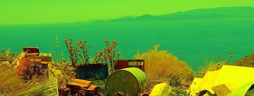 Crista Gipser zeigt die Diskrepanz zwischen Müll und leeren Fässen und der idyliischengriechischen Inselwelt. Bleibt es so oder wird es anders?